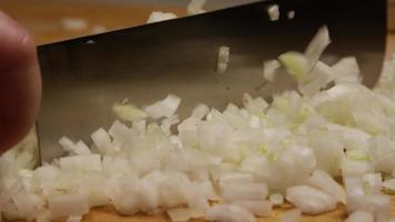 picar cebollas para una salsa barbacoa casera - bbq 066
