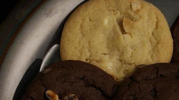 Plano cinematográfico giratorio de galletas en un plato - galletas 273