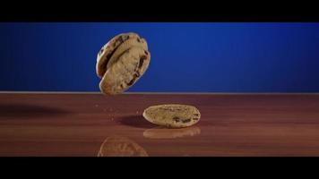 fallende Kekse von oben auf eine reflektierende Oberfläche - Kekse 025