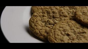 Plano cinematográfico giratorio de galletas en un plato - cookies 067