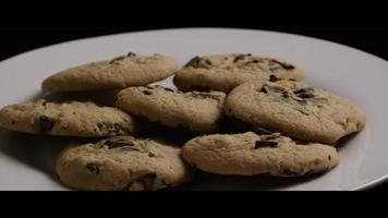 Plano cinematográfico y giratorio de galletas en un plato - cookies 001