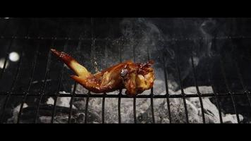 Asar alitas de pollo a la barbacoa en una parrilla ahumada de madera - BBQ 042