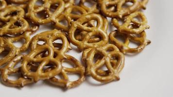 Foto giratoria de pretzels en una placa blanca - pretzels 002