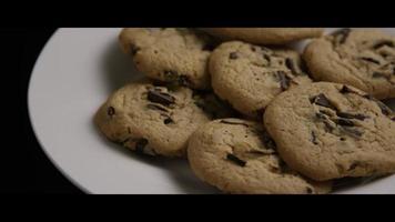 filme cinematográfico giratório de biscoitos em um prato - biscoitos 010 video