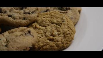 Plano cinematográfico y giratorio de galletas en un plato - cookies 070