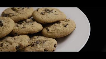 colpo cinematografico e rotante di biscotti su un piatto - biscotti 007