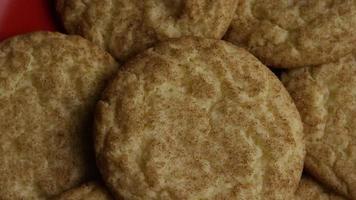 Plano cinematográfico giratorio de galletas en un plato - cookies 113
