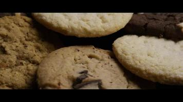 Plano cinematográfico y giratorio de galletas en un plato - Cookies 101