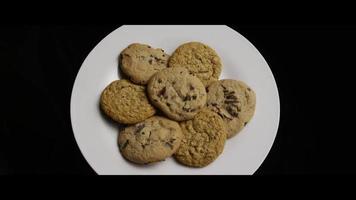 filmische, rotierende Aufnahme von Keksen auf einem Teller - Kekse 076