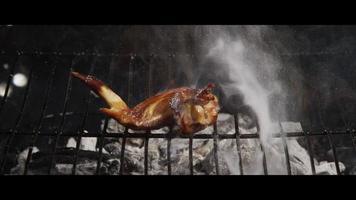 BBQ-kippenvleugels grillen op een houtgerookte grill - bbq 043