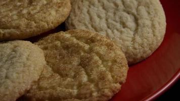 Plano cinematográfico giratorio de galletas en un plato - Cookies 136