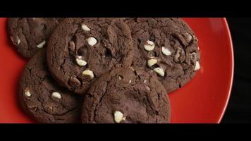 Plano cinematográfico giratorio de galletas en un plato - cookies 034