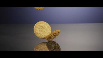biscotti che cadono dall'alto su una superficie riflettente - biscotti 211
