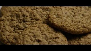 filmische, rotierende Aufnahme von Keksen auf einem Teller - Kekse 068