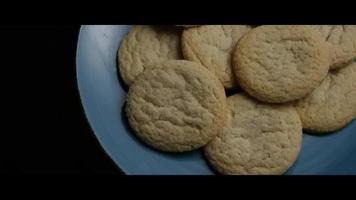 Plano cinematográfico giratorio de galletas en un plato - cookies 052