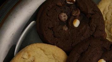 filmische, rotierende Aufnahme von Keksen auf einem Teller - Kekse 272
