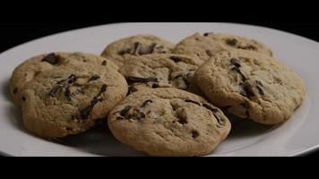 Plano cinematográfico giratorio de galletas en un plato - cookies 002