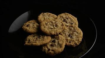 Plano cinematográfico giratorio de galletas en un plato - Cookies 165