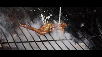 Asar alitas de pollo a la barbacoa en una parrilla ahumada de madera - BBQ 041