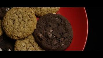 Plano cinematográfico giratorio de galletas en un plato - cookies 088