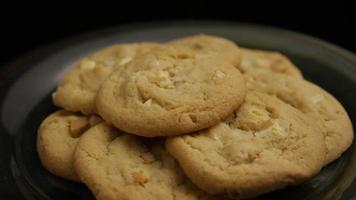 Plano cinematográfico giratorio de galletas en un plato - galletas 256