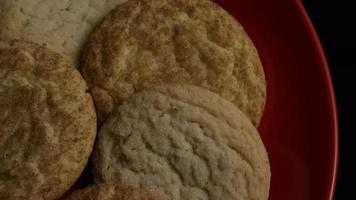 Plano cinematográfico giratorio de galletas en un plato - galletas 151