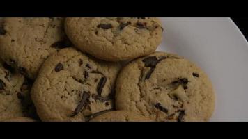 colpo cinematografico e rotante di biscotti su un piatto - cookies 017