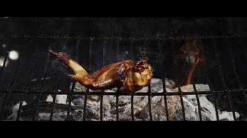 Asar alitas de pollo a la barbacoa en una parrilla ahumada de madera - BBQ 044