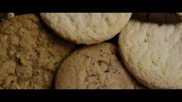 Plano cinematográfico giratorio de galletas en un plato - Cookies 111