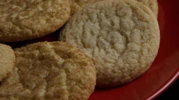 filmische, rotierende Aufnahme von Keksen auf einem Teller - Kekse 137