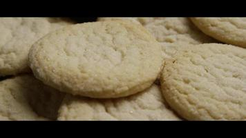 Plano cinematográfico giratorio de galletas en un plato - cookies 049