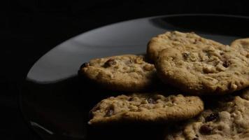 Plano cinematográfico giratorio de galletas en un plato - galletas 178