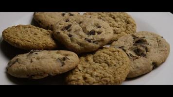Plano cinematográfico giratorio de galletas en un plato - cookies 072