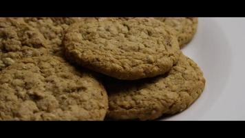 Plano cinematográfico giratorio de galletas en un plato - cookies 065