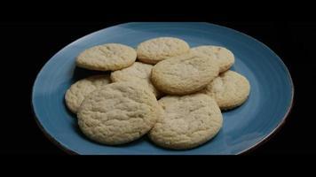 colpo cinematografico e rotante di biscotti su un piatto - cookies 048 video