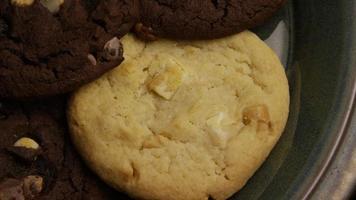 colpo cinematografico e rotante di biscotti su un piatto - biscotti 270 video