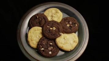 ripresa cinematografica e rotante di biscotti su un piatto - biscotti 268 video