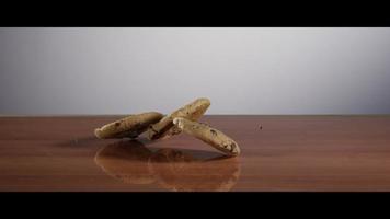 biscotti che cadono dall'alto su una superficie riflettente - cookies 023