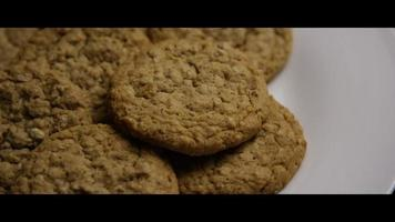 colpo cinematografico e rotante di biscotti su un piatto - biscotti 062 video