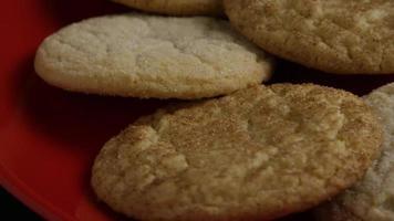 ripresa cinematografica e rotante di biscotti su un piatto - biscotti 138 video