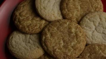 ripresa cinematografica e rotante di biscotti su un piatto - biscotti 152