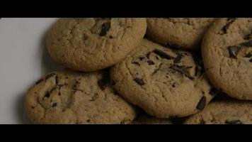 colpo cinematografico e rotante di biscotti su un piatto - cookies 016