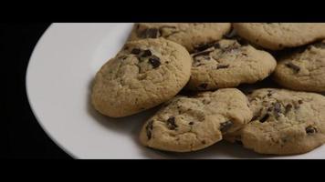 colpo cinematografico e rotante di biscotti su un piatto - biscotti 009 video