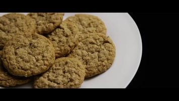 colpo cinematografico e rotante di biscotti su un piatto - biscotti 061 video