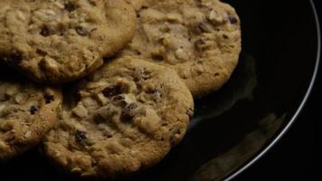ripresa cinematografica e rotante di biscotti su un piatto - biscotti 170