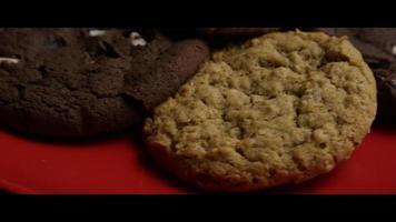 colpo cinematografico e rotante di biscotti su un piatto - cookies 095 video