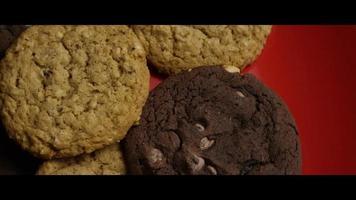 colpo cinematografico e rotante di biscotti su un piatto - biscotti 082 video