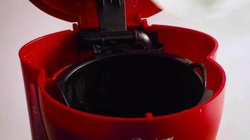 hombre colocando un filtro en la máquina de café