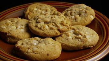 ripresa cinematografica e rotante di biscotti su un piatto - biscotti 331 video