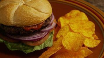 rotierender Schuss von leckeren Burger- und Kartoffelchips - Grill 161